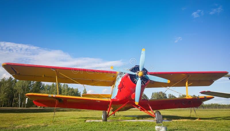 Minck, Bielorrusia 13 de junio de 2017: Viejo avión del biplano AN-2 cerca del edificio del aeropuerto Aeropuerto nacional de Min foto de archivo