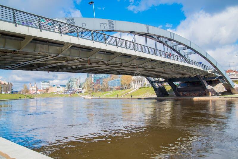 Mindaugasbrug bij nacht in Vilnius, Litouwen royalty-vrije stock foto's