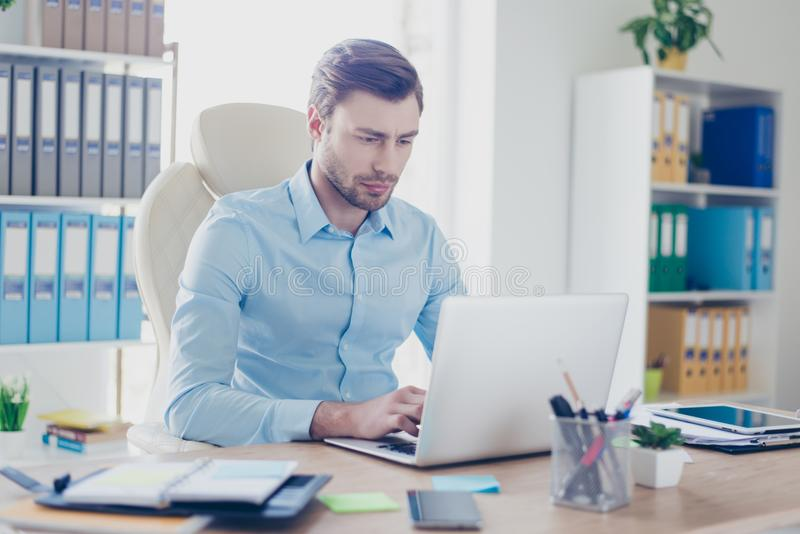 Minded a confondu le patron utilise l'ordinateur, dactylographiant à son collea photos libres de droits