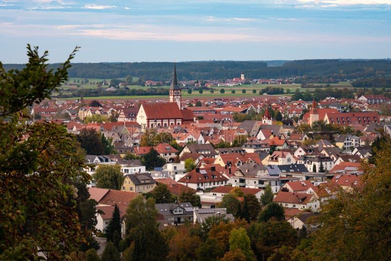 Mindelheim della cittadina incorniciato dagli alberi immagini stock