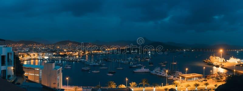 Mindelo en crepúsculo Vire la ciudad hacia el lado de babor con muchos barcos en la bahía en el Cabo Verde en la parte norteña de imagen de archivo libre de regalías