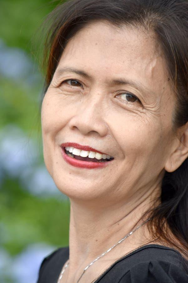 Minderheid het Vrouwelijke Hogere Glimlachen royalty-vrije stock afbeeldingen