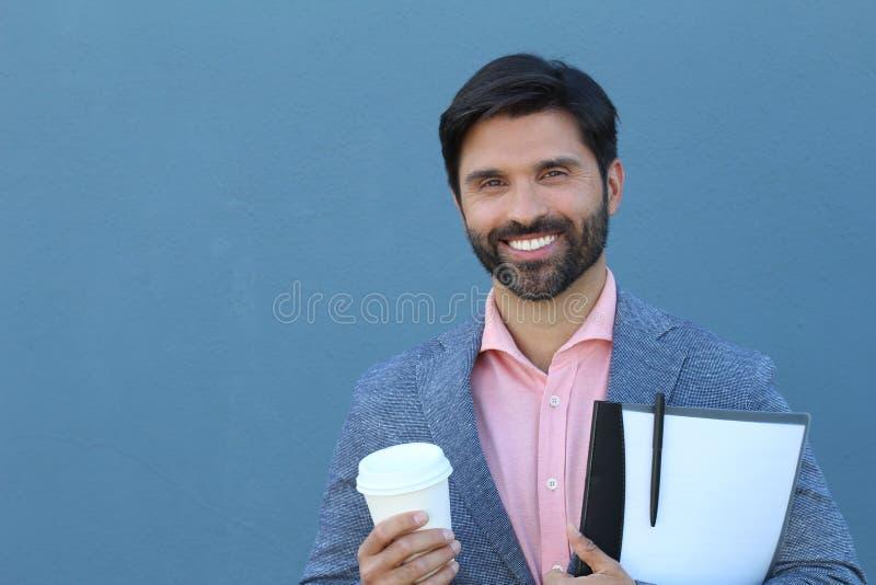 Minderheits-Geschäftsmann - naher hoher Schuss auf blauem Wand-Hintergrund lizenzfreies stockfoto