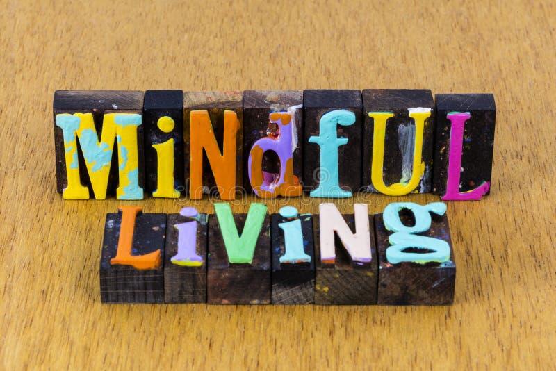 Mindful die volledig bewust leeft van een verstandige welzijnsvrede stock afbeelding