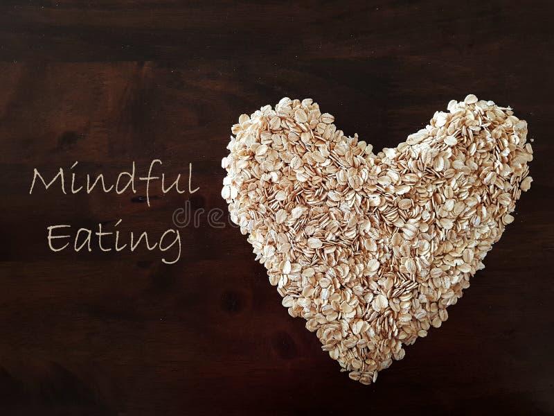 Mindfulness die concept eten die die haver gebruiken in een hartvorm wordt gevormd royalty-vrije stock fotografie
