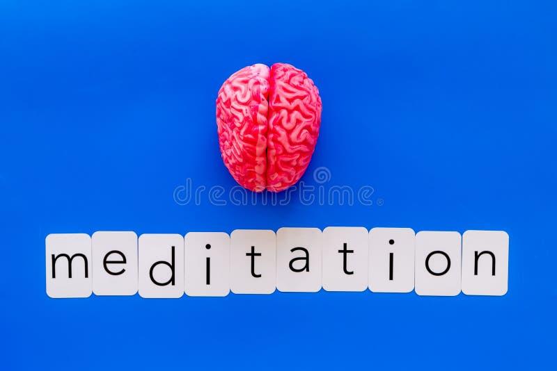 Mindfulness en meditatieconcept met hersenen op blauwe hoogste mening als achtergrond stock fotografie