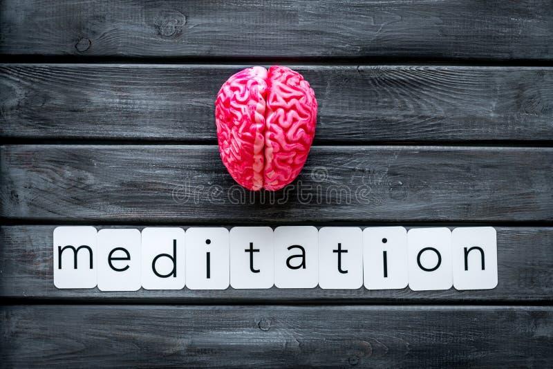 Mindfulness en meditatieconcept met hersenen op houten hoogste mening als achtergrond stock fotografie