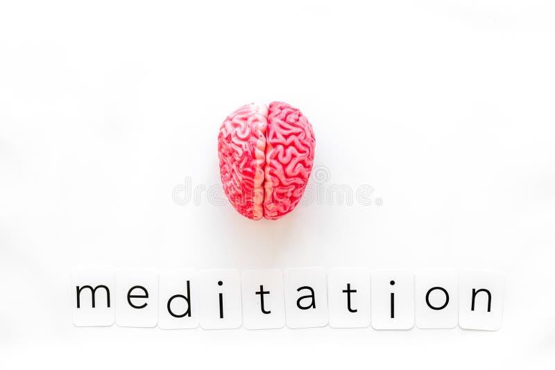 Mindfulness en meditatieconcept met hersenen op witte hoogste mening als achtergrond stock foto's