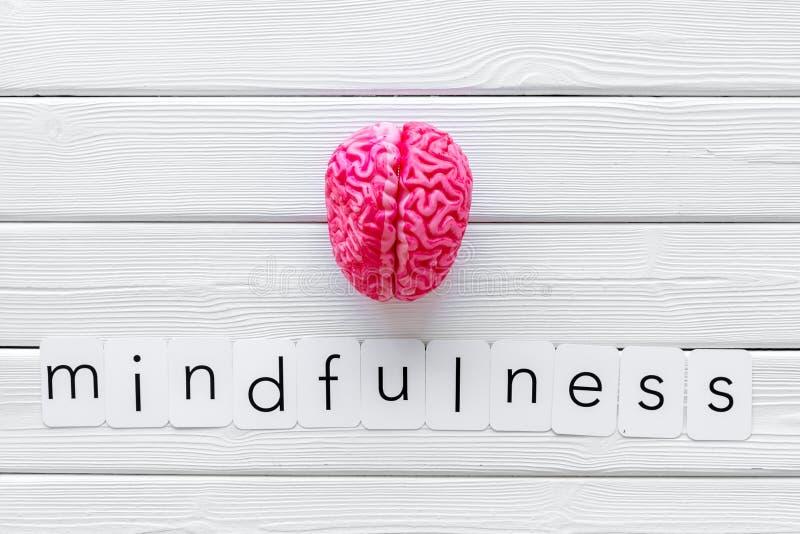 Mindfulness en meditatieconcept met hersenen op witte houten hoogste mening als achtergrond royalty-vrije stock fotografie