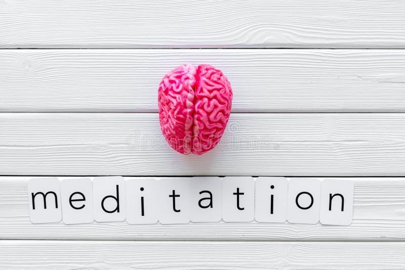 Mindfulness en meditatieconcept met hersenen op witte houten hoogste mening als achtergrond royalty-vrije stock afbeeldingen