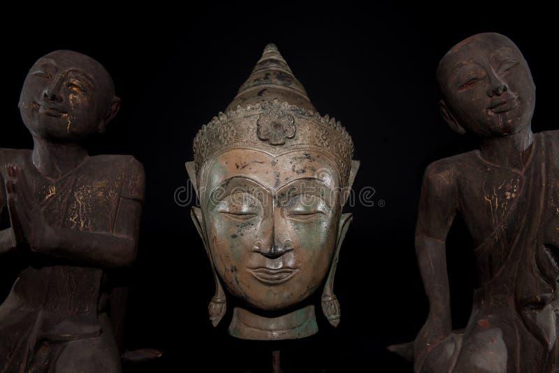 Mindfulness, meditatie en gebed Het traditionele hoofd van Boedha met royalty-vrije stock foto