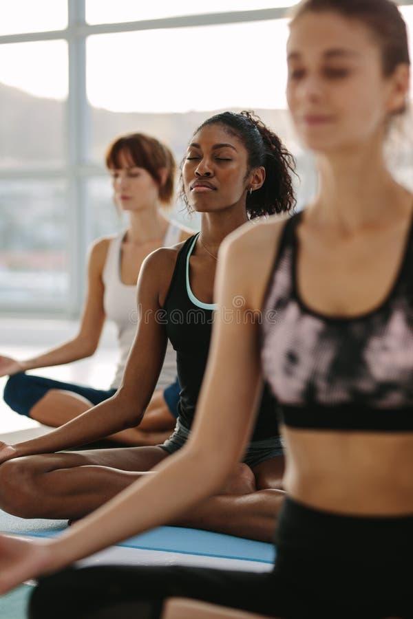 Mindfulness och fridsam yogameditation i idrottshall royaltyfri fotografi