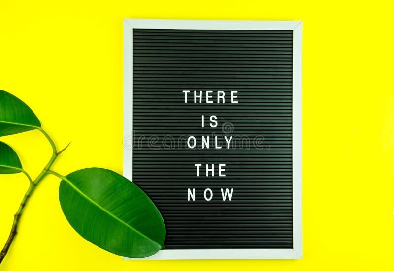 Mindfulness - robi mu TERAZ Tam jest tylko chwila obecna pisać na list desce na żółtym tle zdjęcie royalty free