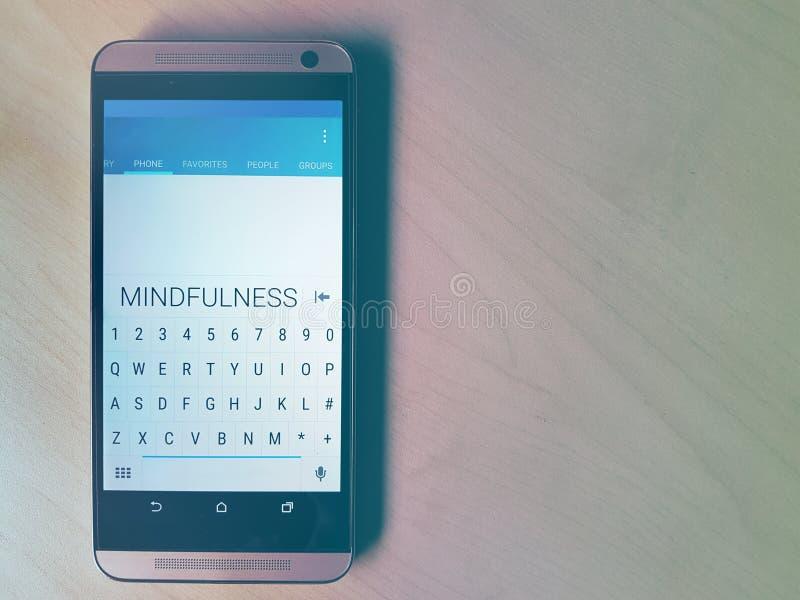 MINDFULNESS wystawiający na telefonie komórkowym obraz royalty free