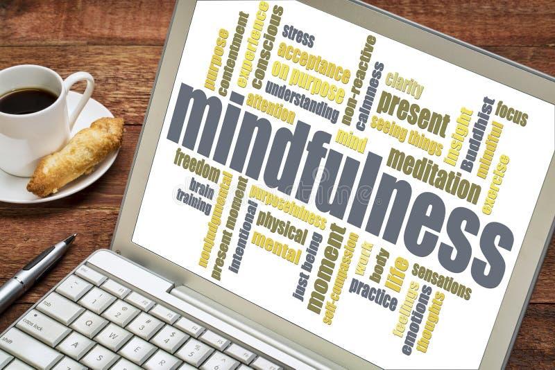 Mindfulnessordmoln på bärbara datorn royaltyfri fotografi