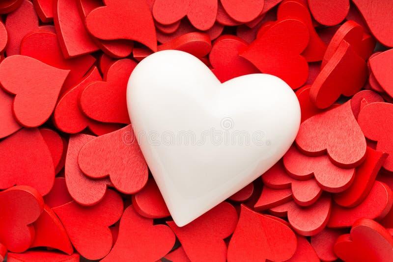 Mindre röd hjärtabakgrund royaltyfria bilder
