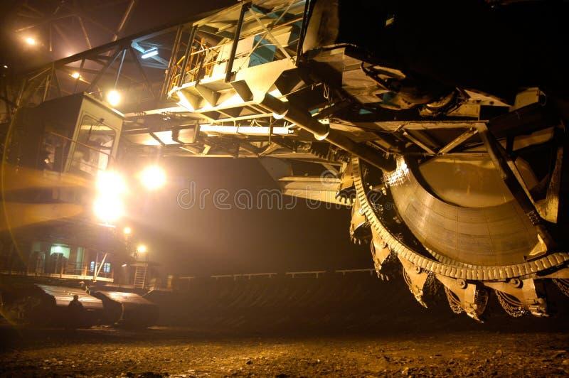 Mine à ciel ouvert avec l'excavatrice géante image libre de droits
