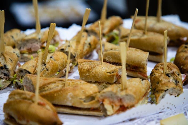 Mine baguette kanapki od cateringu zdjęcia stock