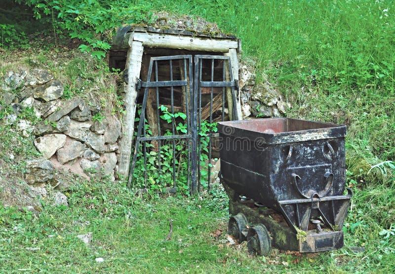 Mine historique fermée dans la forêt thuringian photographie stock