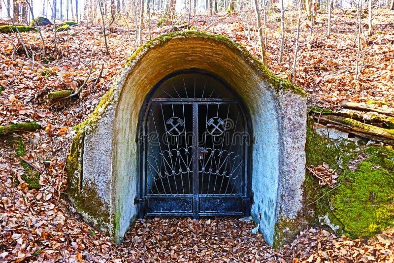 Mine la entrada que ofrece el símbolo de la explotación minera en la frontera alemana-francés en Renania-Palatinado fotos de archivo