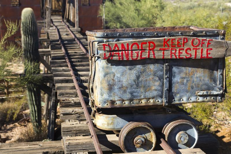 Mine o carro com sinal do cavalete do perigo em ferrovias fotografia de stock