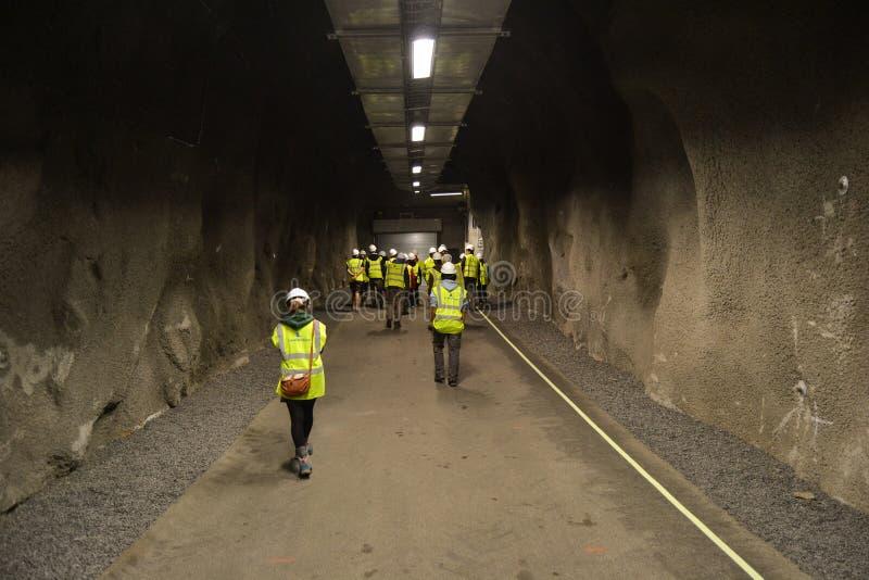 Mine, tunnel avec des personnes dans des combinaisons photos libres de droits
