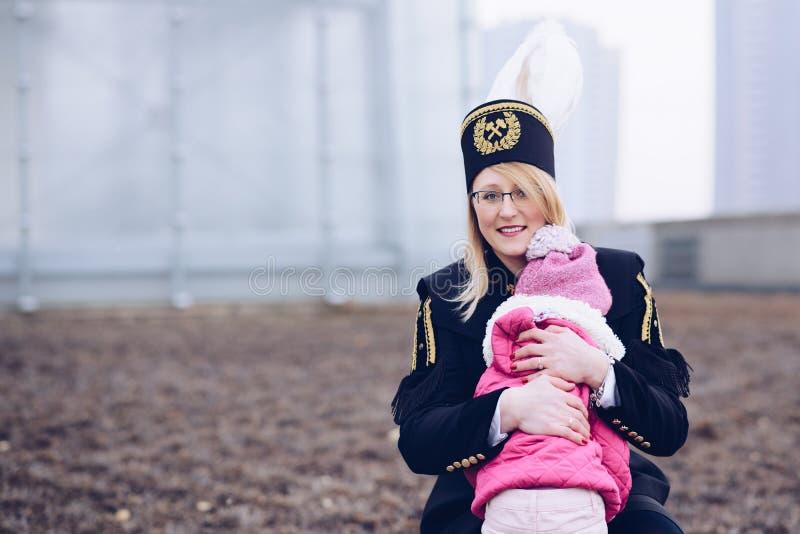 Mineiro de carvão do preto da mulher de funcionamento com sua criança imagem de stock royalty free