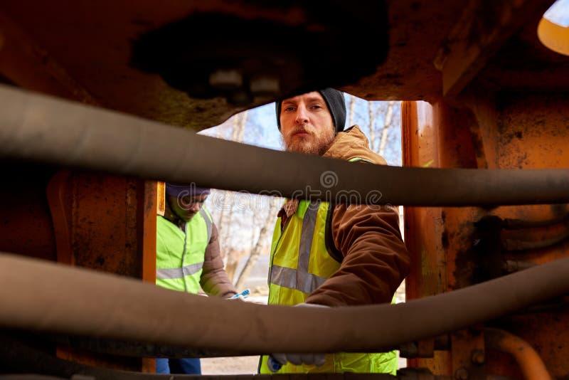 Mineiros que inspecionam o veículo fotografia de stock