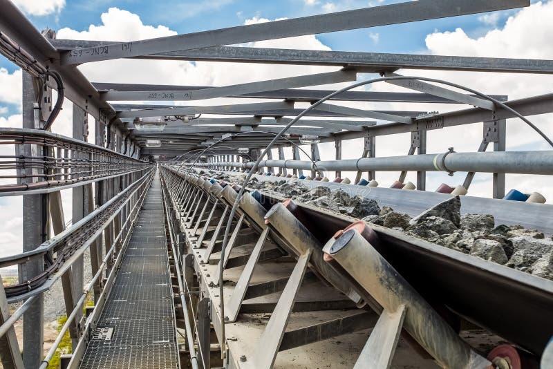 A mineração da platina e o processamento do minério, pilhas do minério balançam ser movido e armazenaa imagem de stock royalty free