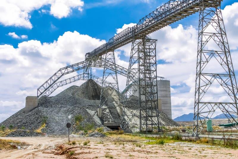 A mineração da platina e o processamento do minério, pilhas do minério balançam ser movido e armazenaa imagem de stock