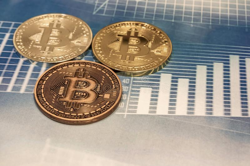 Mineração de dinheiro por Cyripto A BTC Bitmoney é uma rede de consenso que proporciona um novo sistema de pagamentos e uma moeda foto de stock royalty free