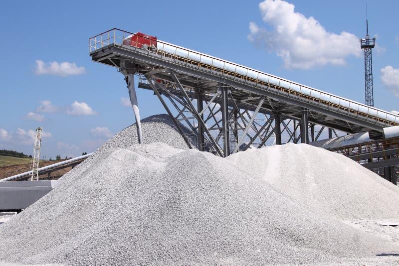 Mineração e transporte da pedra calcária imagem de stock