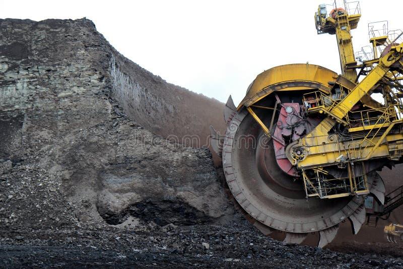 a mineração enorme da máquina escavadora de carvão roda dentro a mina marrom imagens de stock