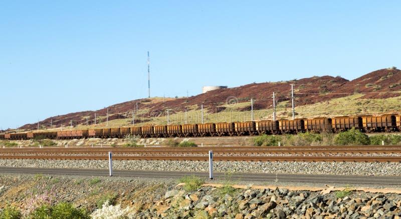 Mineração no trem muito longo de carvão de Austrália imagem de stock