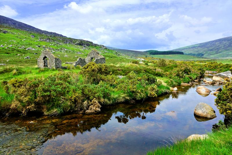 Mineração Ruined ao longo de uma angra no parque nacional das montanhas de Wicklow, Irlanda fotografia de stock