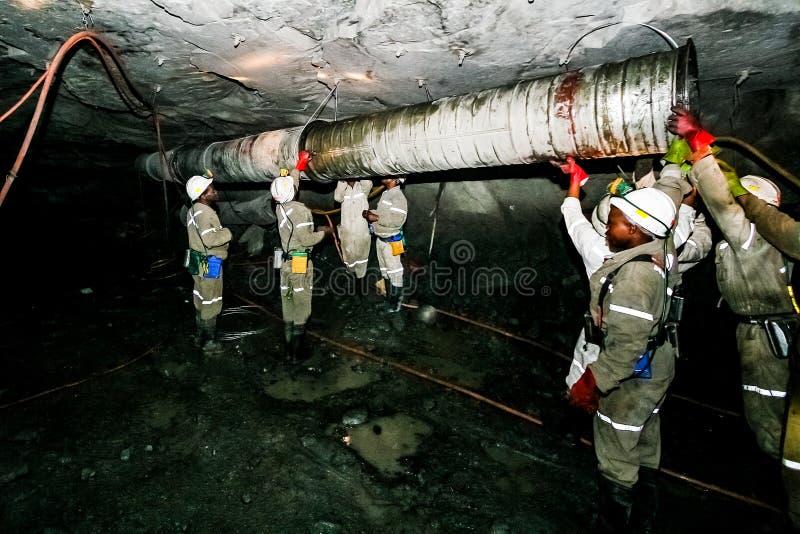 Mineração subterrânea e maquinaria do paládio da platina foto de stock