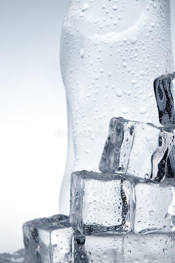 minerai proche de glace de cubes en bouteille vers le haut de l'eau photos libres de droits