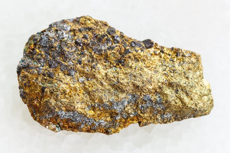minerai rugueux de pyrite sur le marbre blanc photographie stock libre de droits