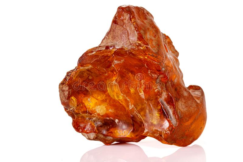 Mineral ambarino de piedra macro en el fondo blanco fotografía de archivo libre de regalías