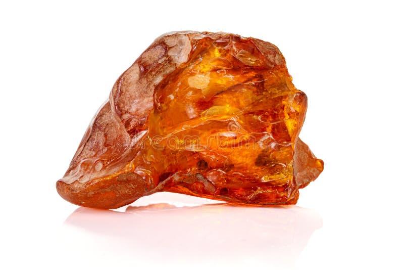 Mineral ambarino de piedra macro en el fondo blanco imagenes de archivo