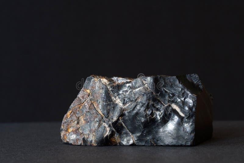 Mineral ambarino negro aislado foto de archivo