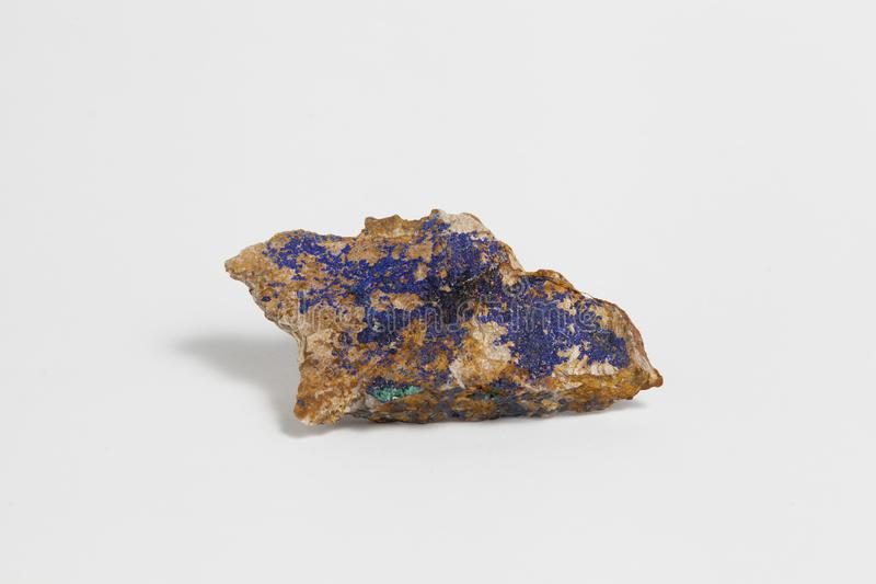 Mineral del Azurite y de la malaquita aislado en el fondo blanco foto de archivo libre de regalías