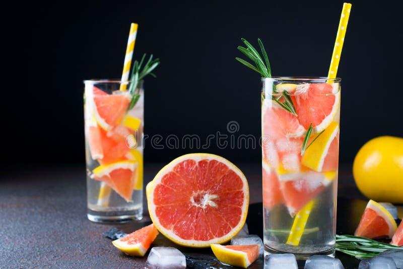 Mineral ingav vatten med grapefruktis och rosmarin på mörk bakgrund, hemlagat detoxsodavattenvatten arkivfoton