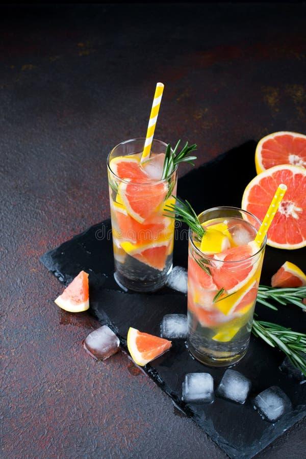 Mineral ingav vatten med grapefruktis och rosmarin på mörk bakgrund, hemlagat detoxsodavattenvatten arkivbild
