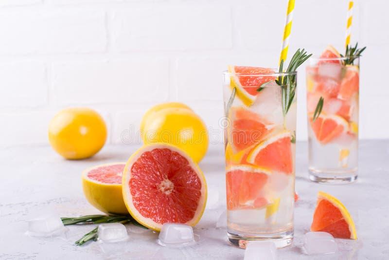 Mineral ingav vatten med grapefruktis och rosmarin på vit bakgrund, hemlagat detoxsodavattenvatten royaltyfri fotografi