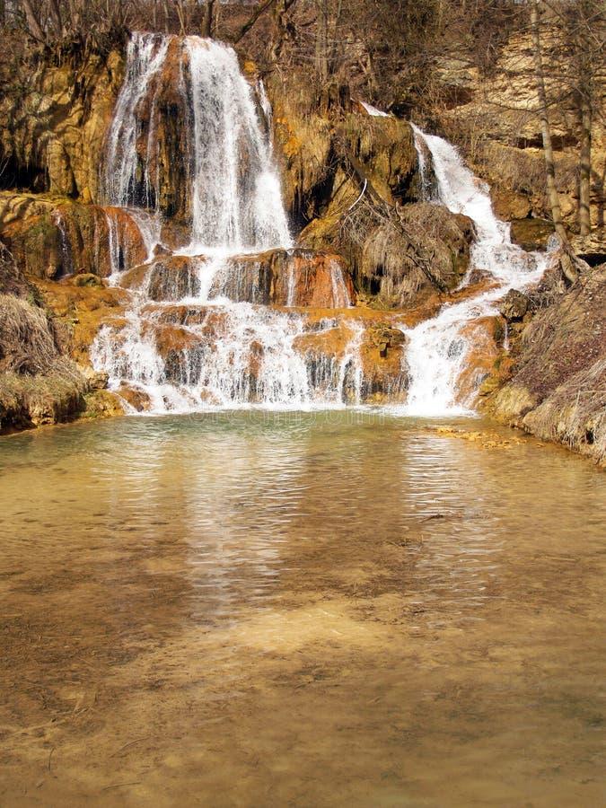 Mineral-reicher Wasserfall im glücklichen Dorf, Slowakei stockfoto