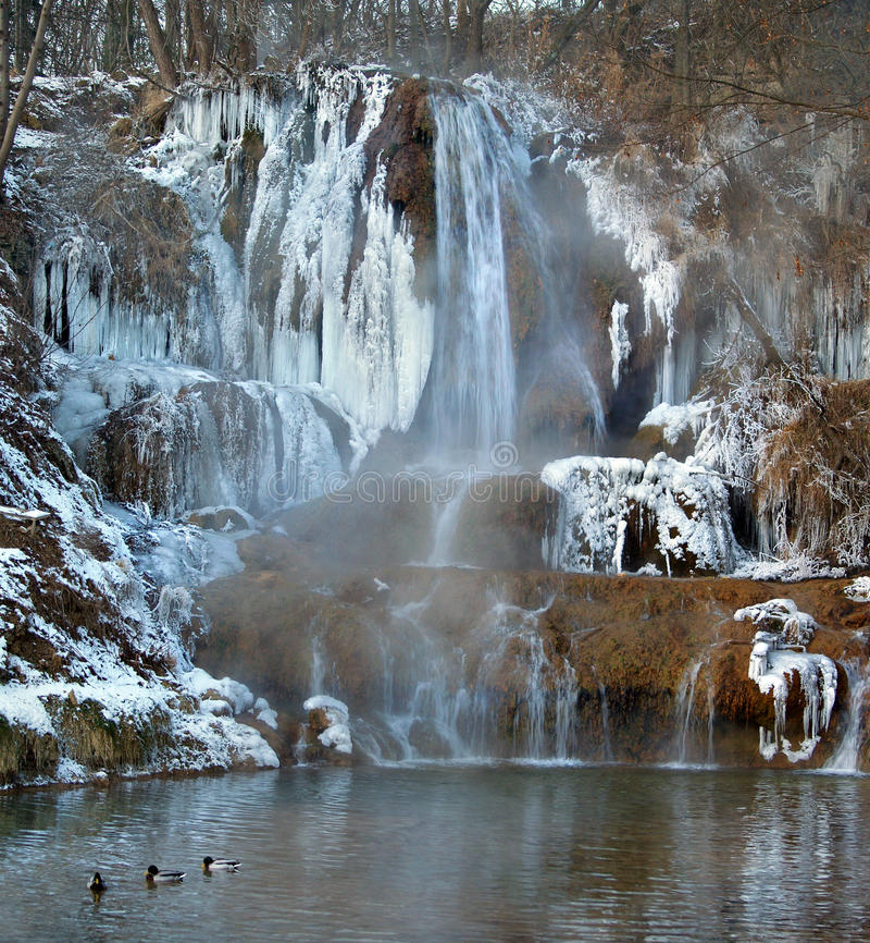 Mineral-rik vattenfall i den lyckliga byn, Slovakien fotografering för bildbyråer
