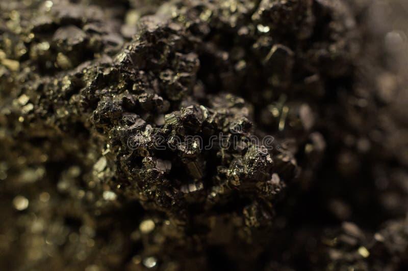 Minerale metallifero dorato fotografia stock