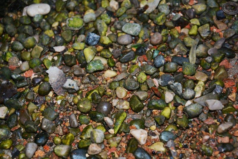 Minerale residu's en kleurrijke stenen, achtergrond stock foto
