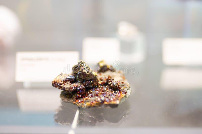 Minerale storting met robijnrode kristallen royalty-vrije stock foto